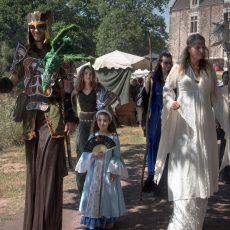 troupe-chateau-de-comper-costumes-echasses-web